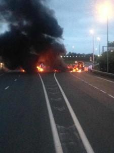 Egy kamionsofőr tweetelt fotóján látható, hogy égnek a gumik a Calais felé vezető úton Franciaországban csütörtök reggel