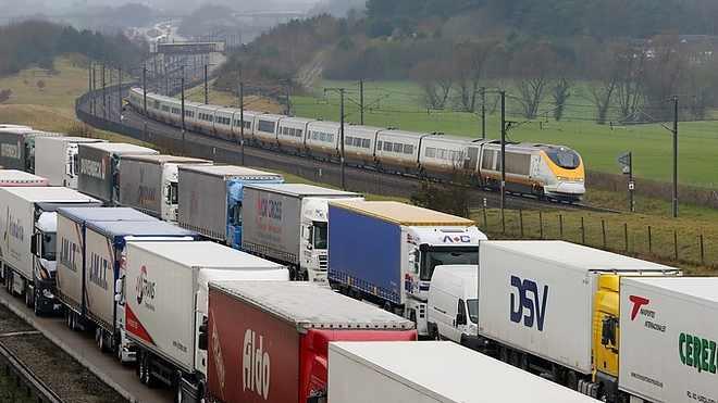 Visszafordították a Londonból Brüsszelbe tartó Eurostar járatot mert a sztrájkoló munkások a síneken tartózkodnak.