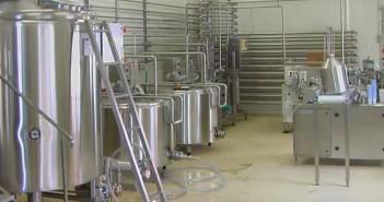 Egy liter tejért már annyi pénzt sem kapnak a termelők, amennyibe egy liter ásványvíz kerül a boltokban - a megoldás: mini tejüzem
