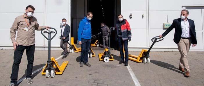 Három segélyszervezet kapott hidraulikus kézi emelőkocsikat